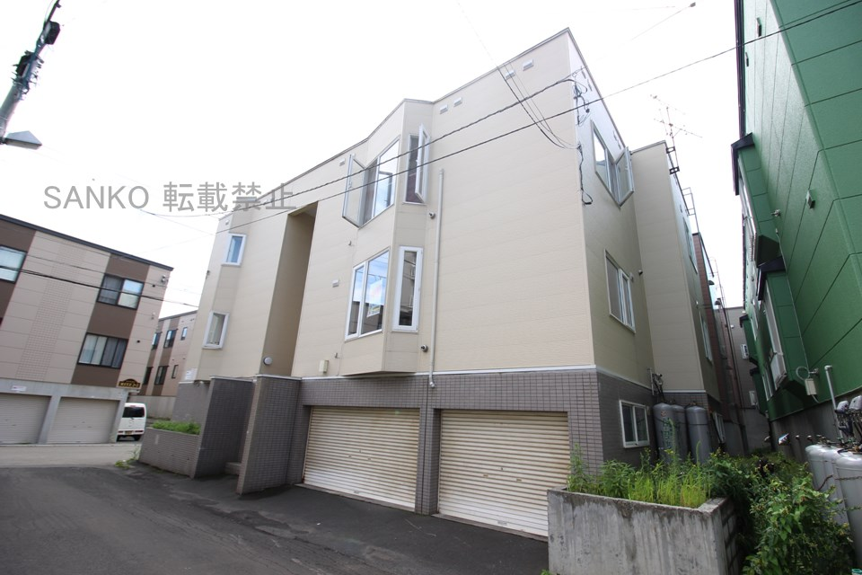 北海道札幌市東区、環状通東駅徒歩13分の築26年 3階建の賃貸アパート