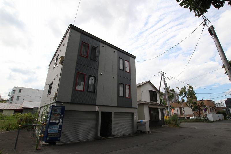 北海道札幌市豊平区、中島公園駅徒歩16分の築9年 3階建の賃貸アパート