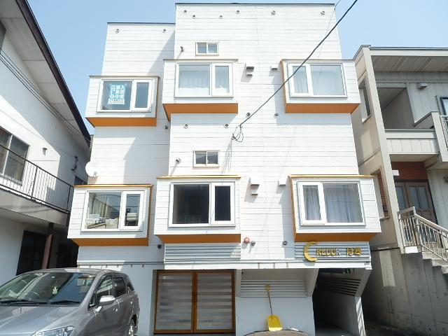 北海道札幌市豊平区、南郷7丁目駅徒歩17分の築27年 3階建の賃貸アパート