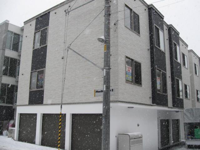 北海道札幌市白石区、菊水駅徒歩5分の築7年 3階建の賃貸アパート